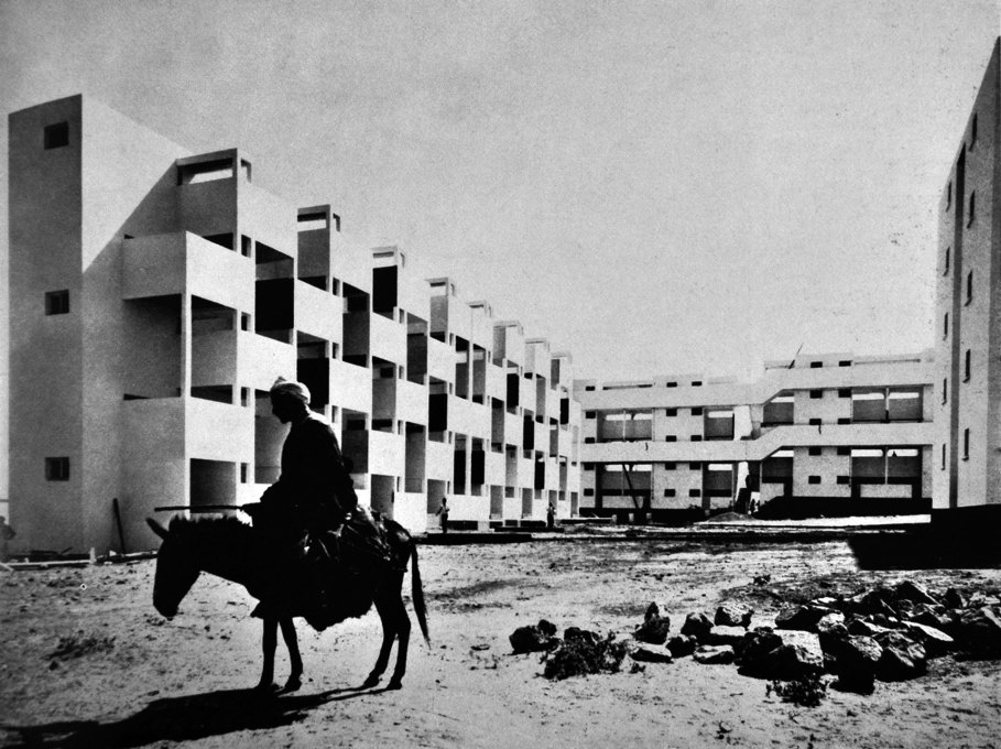 Honeycomb Housing project by Georges Candilis, Shadrach Woods, Vladimir Bodianski and Henri Pirot in Casablanca, 1952... (Photo © Sydney W. Newberry / Architect's Journal)