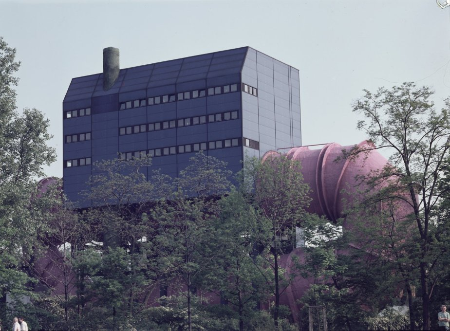 "Leo's most famous building: the ""Circulation Tank 2"" (1967-74), designed for the TU Berlin standing at the Landwehr Canal next to the main railtracks at the north of the Tiergarten. (Photo: Helge Bofinger, 1978)"