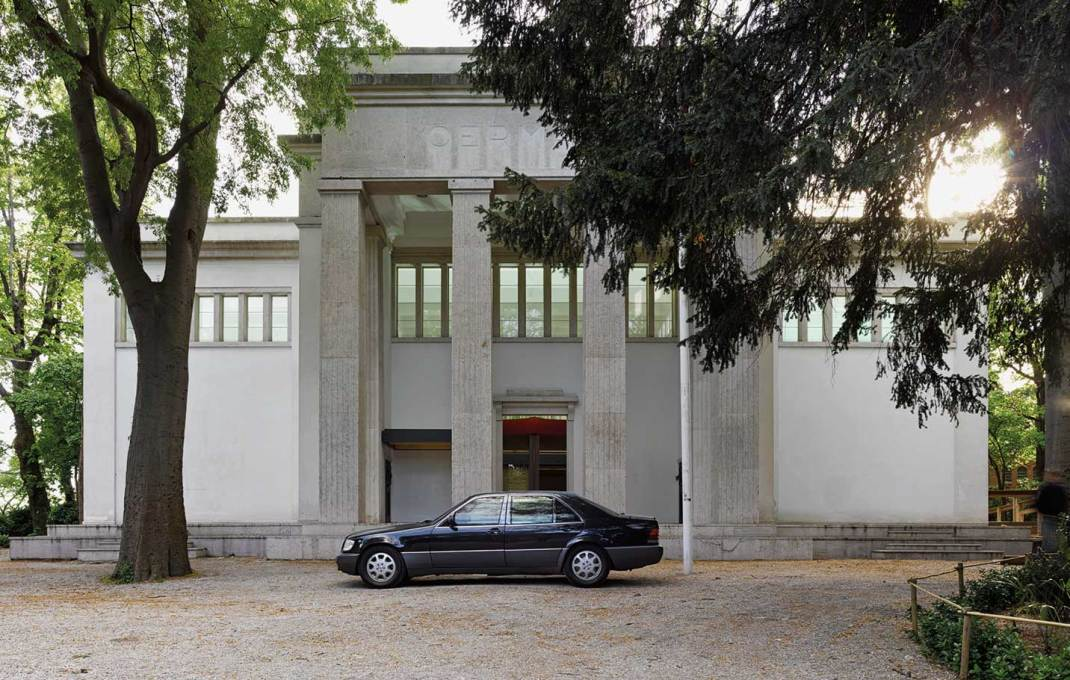 ...with a black official Mercedes parked in front, hinting at the political symbolism of the two buildings ... (Photo: Bas Princen © CLA)