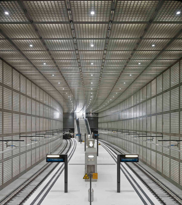 Only the enormous height of the space prevents this from being claustrophobic, or having strong associations with jails or cages. (Photo: Stefan Müller)