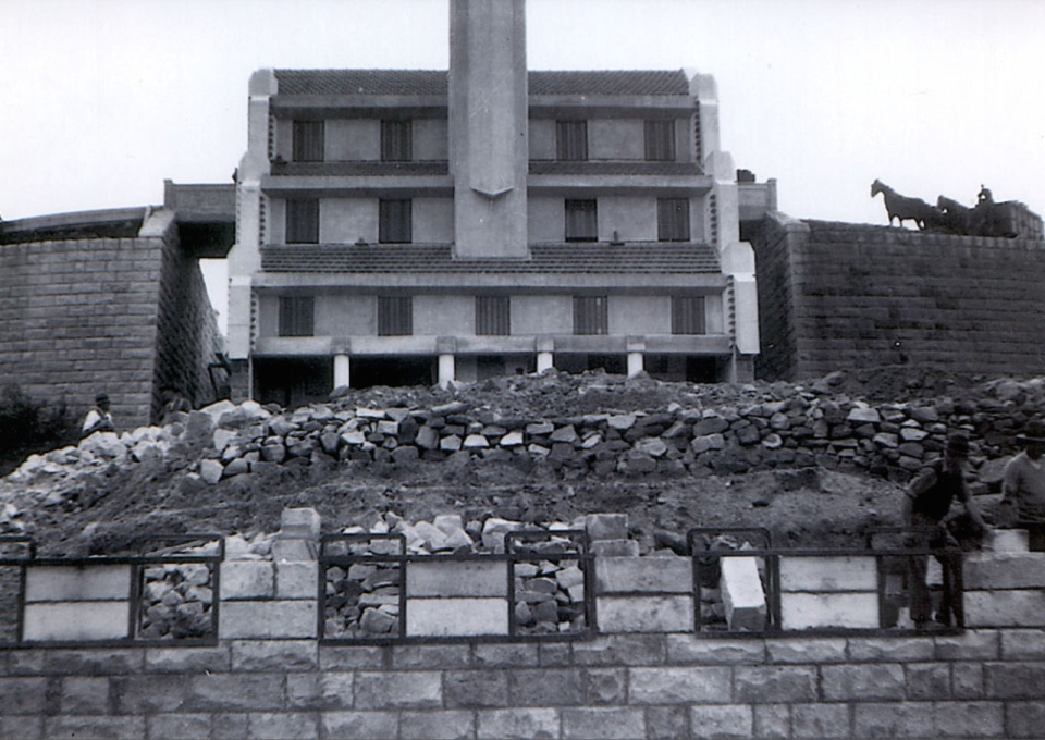 Construction photograph. Extensive stone masonry work was needed to shore up and reinforce the sloping site. (Photographer unknown, courtesy SJB Architects/Willoughby Council)