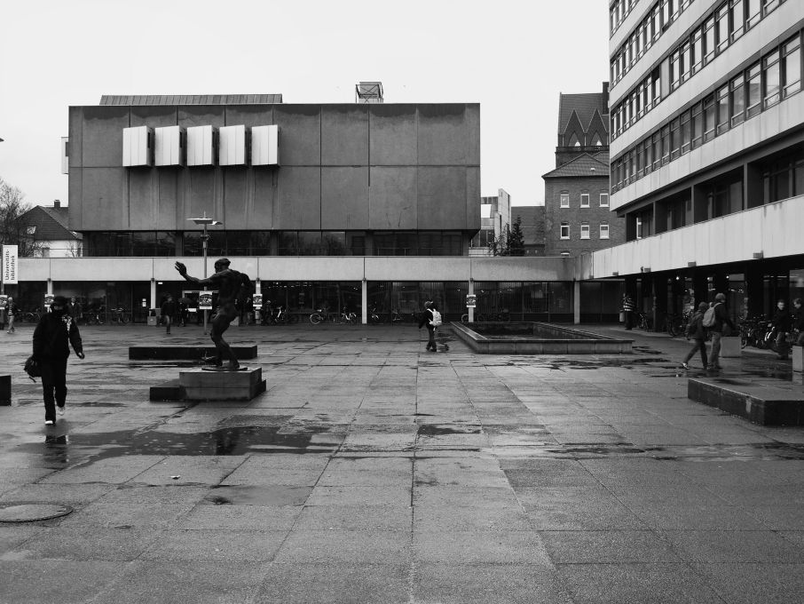 Thus, his pictures seem to carry a bit of the optimism of the 1950s and 60s – but at the same time they feel a bit outdated and old-fashioned. Campus of the Technical University in Braunschweig, 2010. Photo: Arne Schmitt
