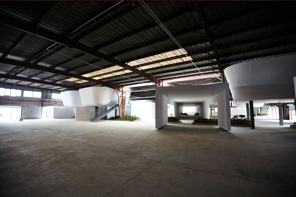 The Border Warehouse space fitted out with new dividing walls and pods to take display material. (Photo: Zeus Photography, ©Shenzhen Biennale of Urbanism\Architecture Organizing Committee)