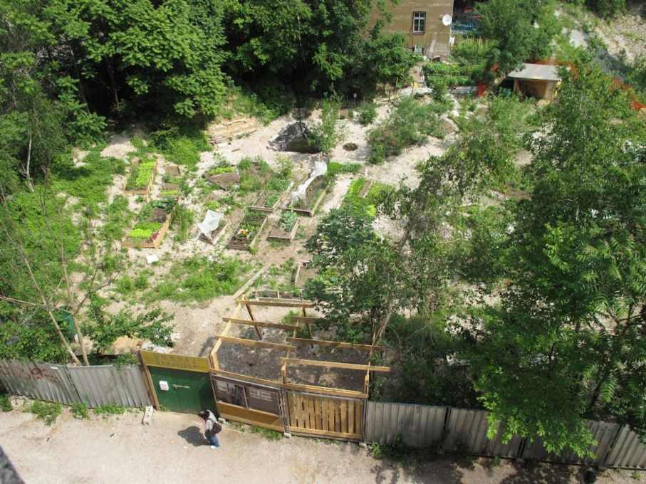 In Potr?'s native Slovenia, communal space has been re-defined after the political change. A current example is the Onkraj Gradbiš?a public garden in Ljubljana. (Photo: Drago Kos)