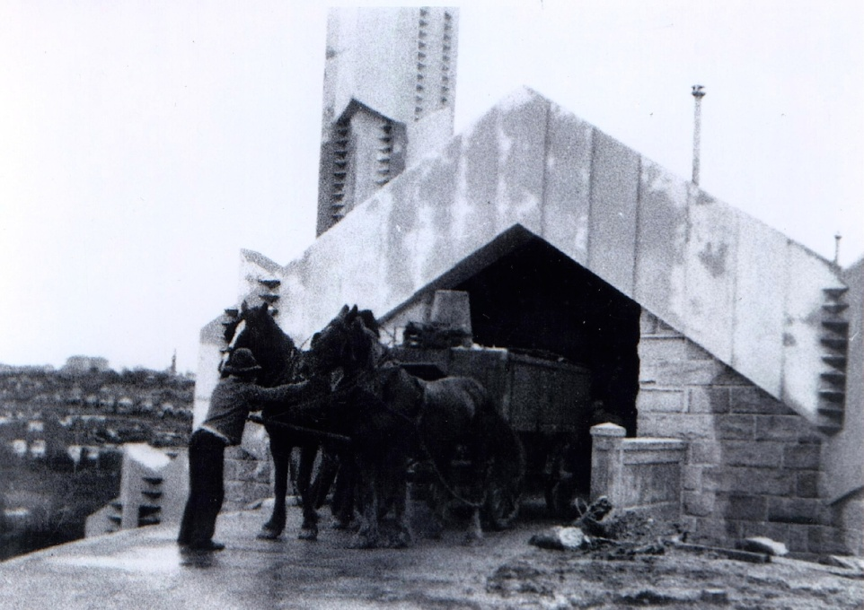 Horse-drawn waste cart backed up to the eastern entrance, showing the easy and direct intake of waste to the incinerator facility. (Photographer unknown, courtesy SJB Architects/Willoughby Council)