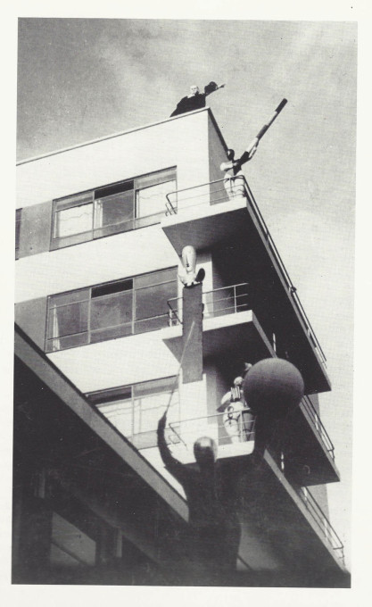 The Bauhaus building as stage, produced by Oskar Schlemmer, photographed by Erich Consemüller, 1928. (Photo: Erich Consemüller © Stiftung Bauhaus Dessau)