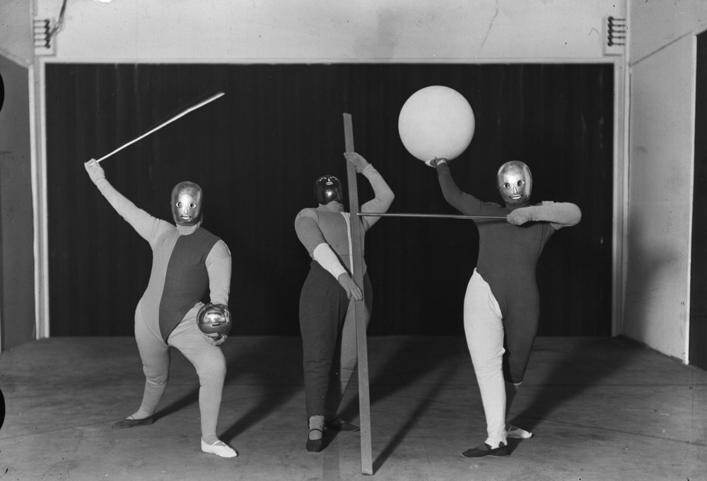 A Bauhaus play, scene one: a dance formation, produced by Oskar Schlemmer, photography by Erich Consemüller, 1927. (Photo: Erich Consemüller © Stiftung Bauhaus Dessau)