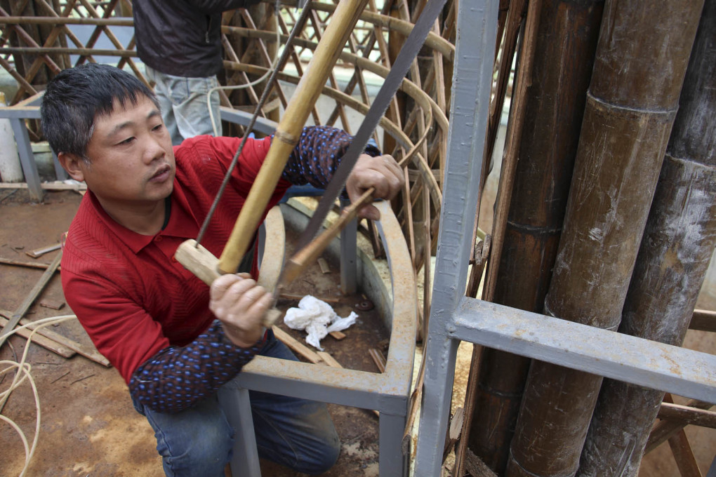 The bamboo was cut and assembled on site, the single sticks are simply plugged into the construction so that most of them can be replaced individually if they are damaged or cracked. (Photo: December 2015)