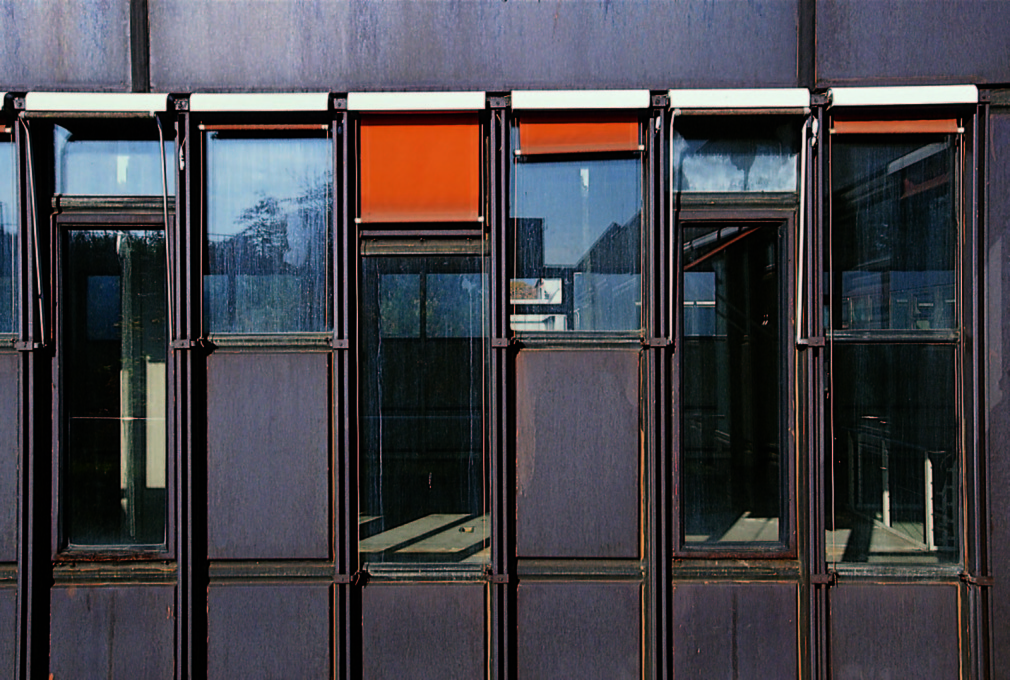 By the 1980s, the Corten steel panels were damaged beyond repair. But their renovation by Norman Foster started only in 1997. (Photo from 1997: Rudi Meisel © Foster+Partners)