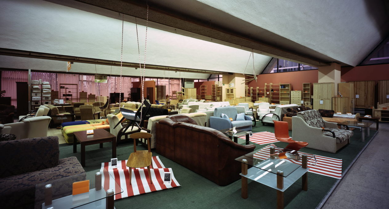 The first exhibition of the MoMA was set into the furniture display of the store. (Photo: Jan Smaga)