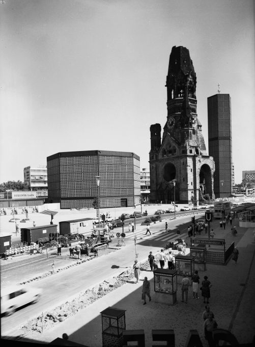 The Alexanderplatz's counterpart in the West: the Breitscheidtplatz with the Kaiser Wilhelm Memorial Church redesigned by Egon Eiermann (1956-63). (Photo: Otto Borutta, 1963 © Berlinische Galerie)