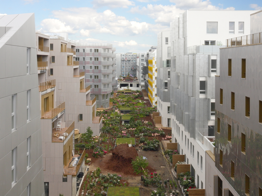 The courtyards create a second, softer internal landscape... (Photo: Mattias Van Rossen, XDGA)