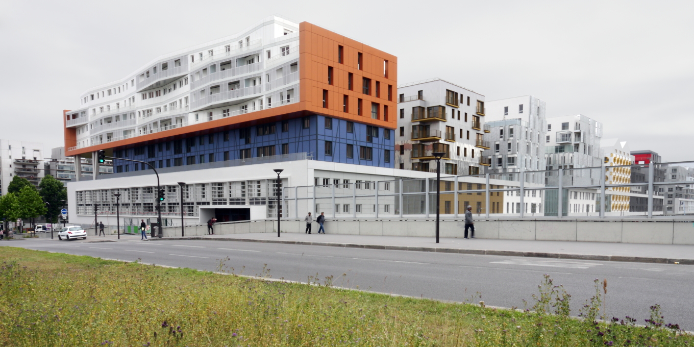 At one end, Christian de Portzamparc's overhanging section contains 180 social housing units and a nursery. (Photo: Mattias Van Rossen, XDGA)