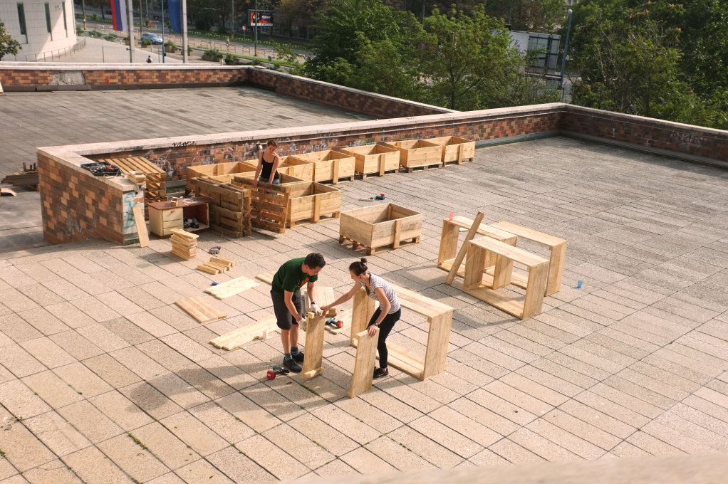 Constructing the planters for the community garden. (Photo: Bra?o Bibel)