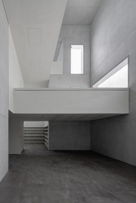 ... and inside, where specific walls and ceilings of the historic interior were edited out of the new building. (Photo: Christoph Rokitta / Stiftung Bauhaus Dessau)