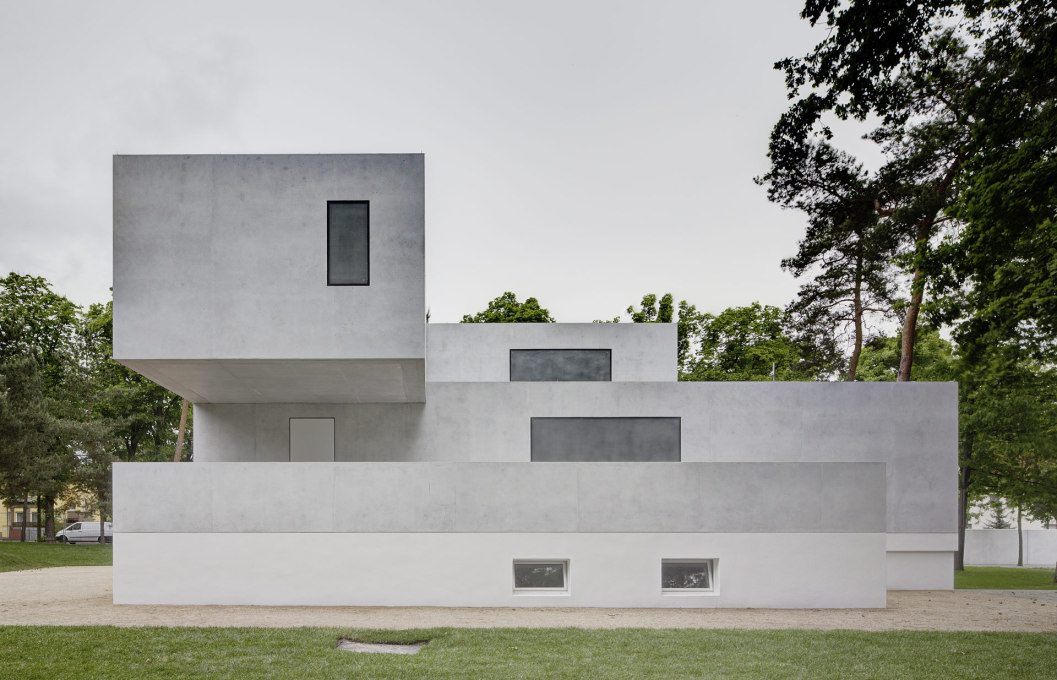 The new House Gropius, designed by Bruno Fioretti Marquez Architects, is built on the basement of the original, the only part to survive the bombings in WW2. (Photo: Christoph Rokitta / Stiftung Bauhaus Dessau)