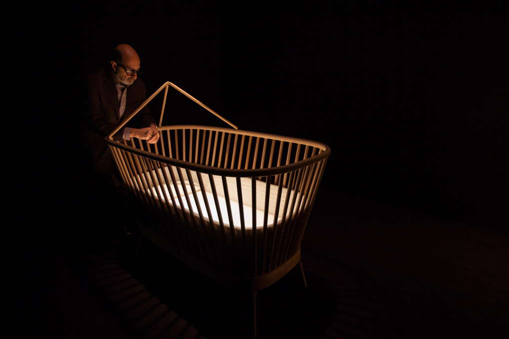 Isay Weinfeld in the exhibition display with the cradle he designed. (Photo: Eliseu Cavalcante)