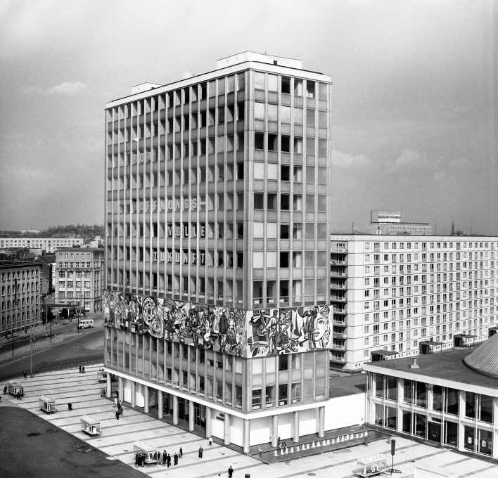 "Hermann Henselmann: ""Haus des Lehrers"" on the northeastern corner of Alexanderplatz (1961-64), with a mosaic by Walter Womacka. (Photo from 1965: Gisela Dutschmann © Berlinische Galerie)"