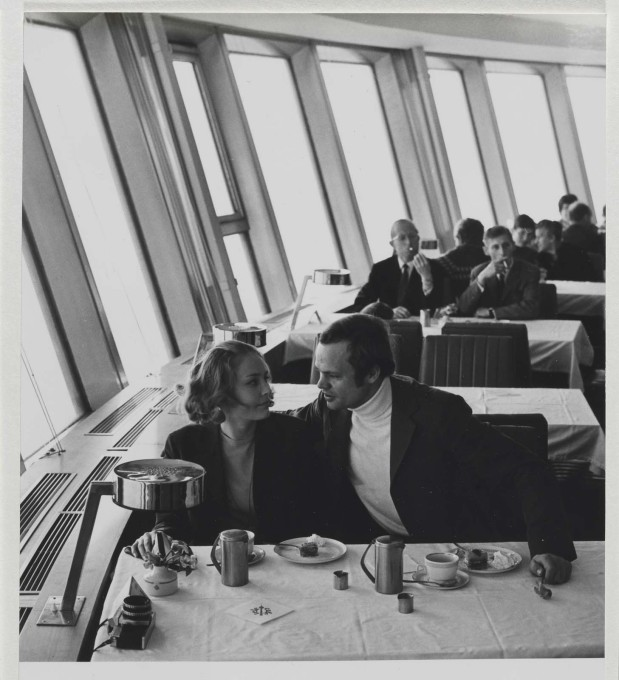 With construction complete, visitors enjoy Kaffee und Kuchen in the revolving Telecafé. (Photo: Karl-Heinz Kraemer © Archive Berlinische Galerie)