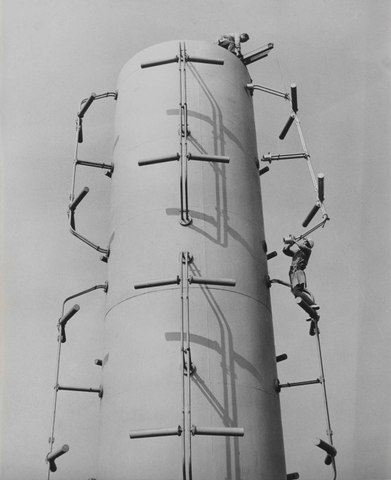 The antenna under assembly in 1968, pictured here at the Funkwerk manufacturing site in Berlin-Kopenick. (Photo: Karl-Heinz Kraemer © Archive Berlinische Galerie)