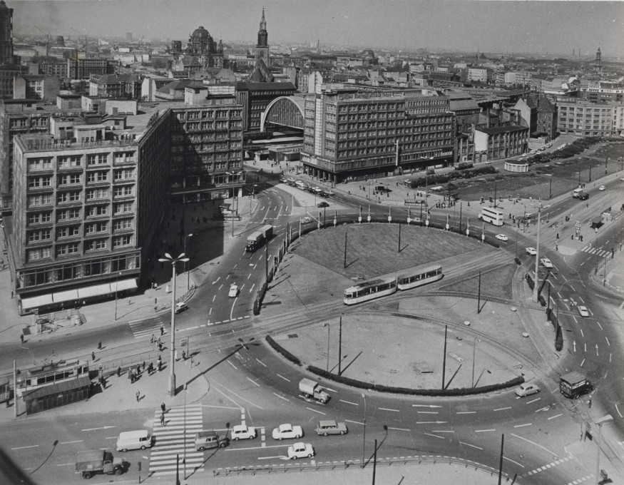 An image of Alexanderplatz taken earlier in 1965, notable for the roundabout which has long since disappeared as well as the absence of its most famous structure as a backdrop. (Photo: Karl-Heinz Kraemer © Archive Berlinische Galerie)