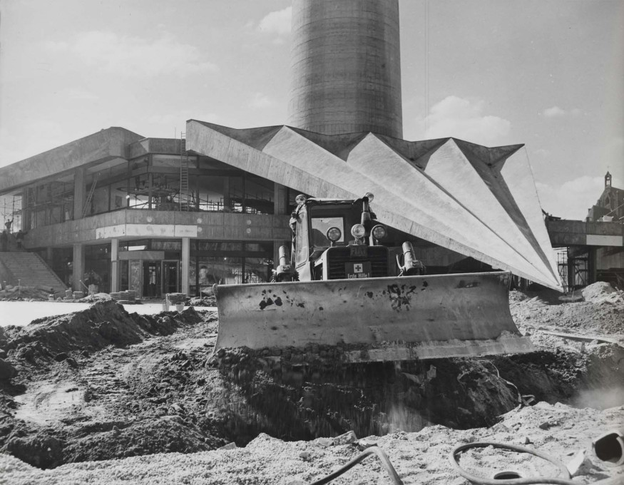 Levelling work takes place on the ground in September 1969, with the sharp, angular folds of concrete of the TV Tower's base visible in the background. (Photo: Karl-Heinz Kraemer © Archive Berlinische Galerie)