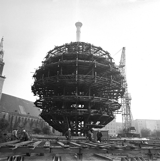 The famous sphere, designed by Fritz Dieter, was preassembled on the ground between April and November 1967. (Photo: Karl-Heinz Kraemer © Archive Berlinische Galerie)