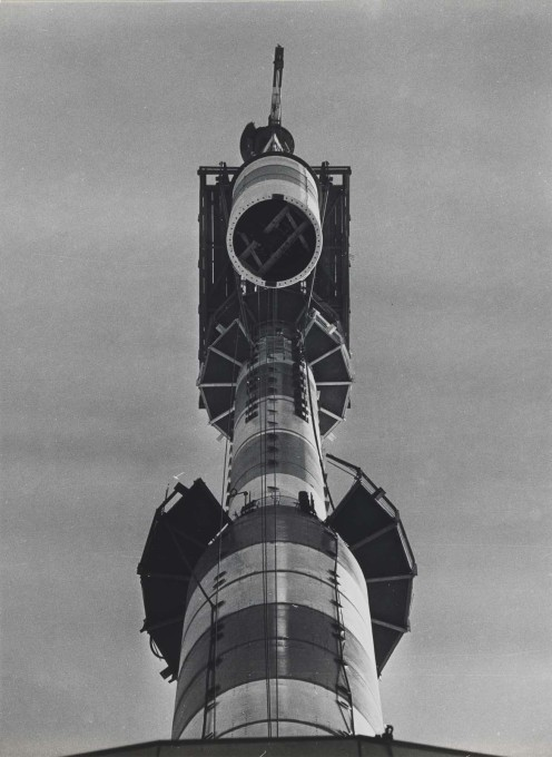 The 115m high antennae was installed piece by piece, with the last one taking its final position on October 22, 1968. (Photo: Karl-Heinz Kraemer © Archive Berlinische Galerie)