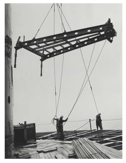 A segment reaches its destination, 250m above the ground. (Photo: Karl-Heinz Kraemer © Archive Berlinische Galerie)