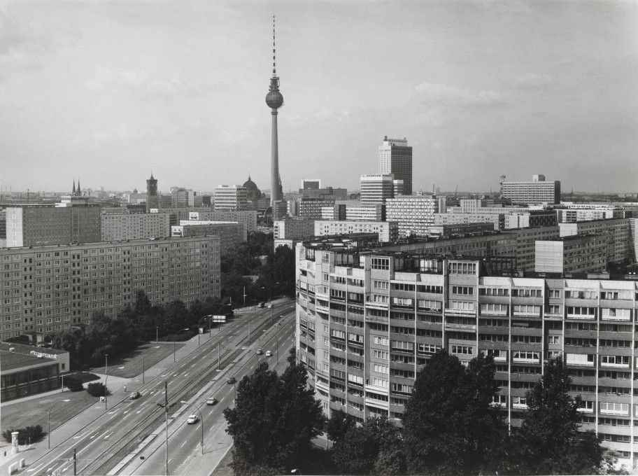 The Berliner Fernsehturm, once the architectural emblem of the GDR, and now for the whole city, as viewed from Leninplatz in 1979. (Photo: Karl-Heinz Kraemer © Archive Berlinische Galerie)