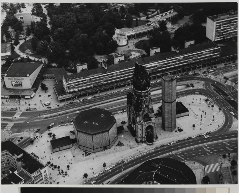Eiermann originally intended to demolish the old church but was forced to move his two buildings to both sides of the ruin. (Photo: Otto Borutta, circa 1965 © Berlinische Galerie)