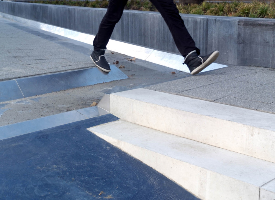 Just step on over: the stainless steel zigzag gutters... (Photo © De Urbanisten)