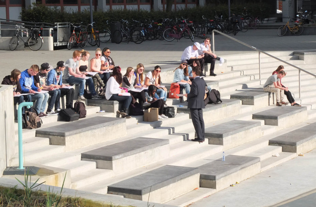 The square's design was developed and tailored for its use by students from the surrounding schools. Here some out-door teaching taking place. (Photo © De Urbanisten)