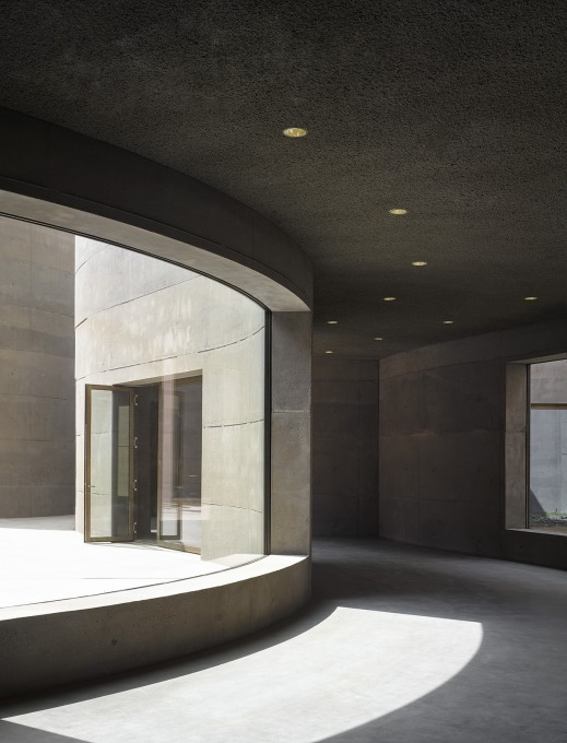 ...and the undulating corridors of the interior. (Photo: Bas Princen)