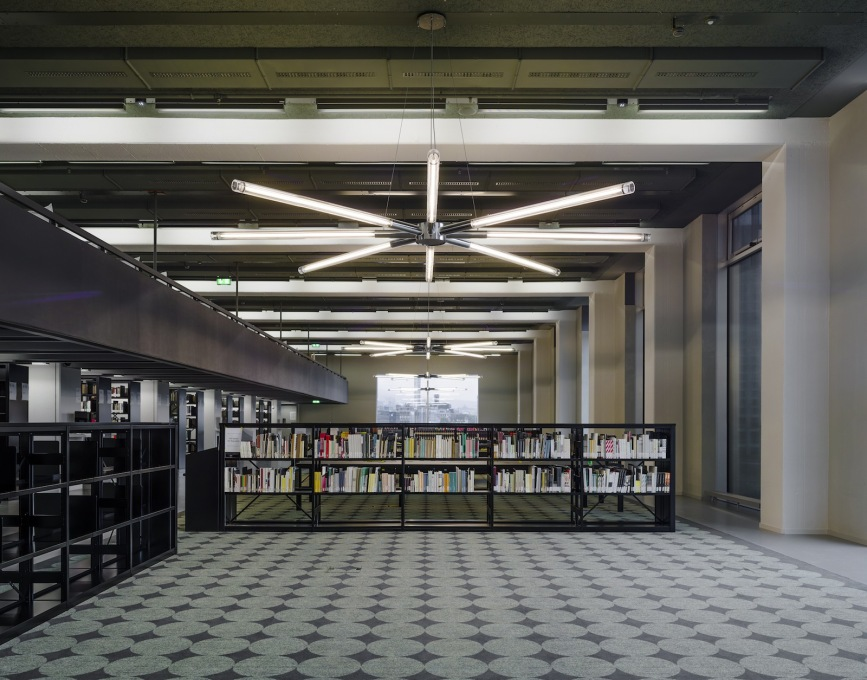 The library on level five. (Photo: ©Simon Menges)