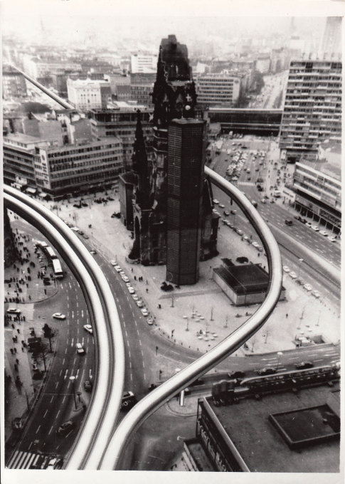 Sketch of the tubes circling around the Gedächntiskirche on Breitscheidplatz. (Image: Kohlmaier/von Sartory © Berlinische Galerie)