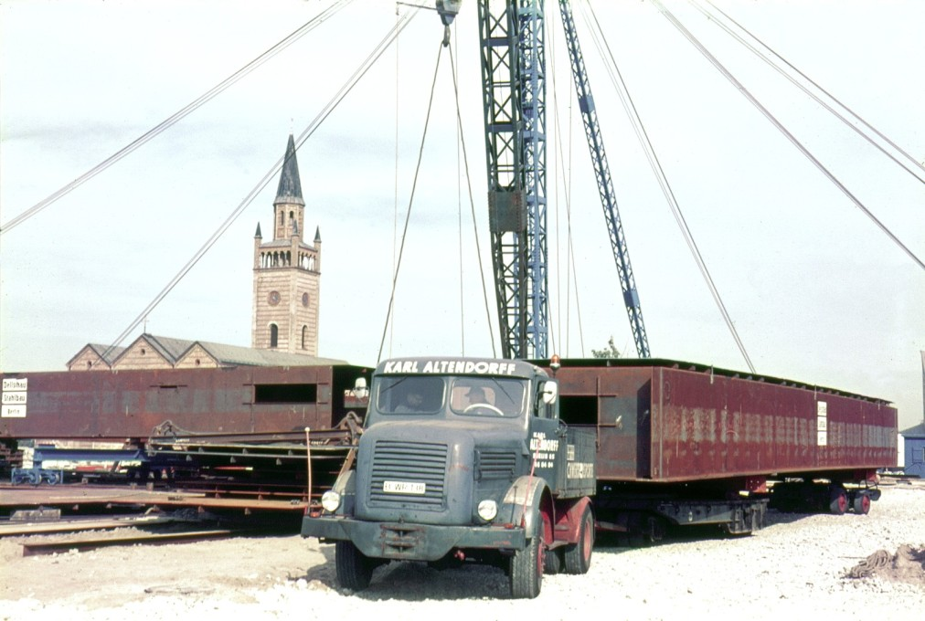 Delivery of one of the steel elements for the roof of the Neue Nationalgalerie. (Photo: Heinz Oeter © Archive of Berlinische Galerie)