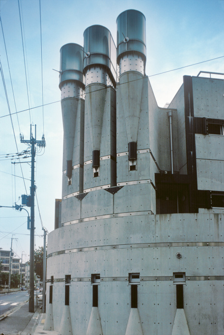 "Takamatsus ""Pharaoh"" in Kyoto (from 1984): ""The bolts that are drilled into the concrete all over the façade are also striking. They turn into a kind of technoid surface ornament."""