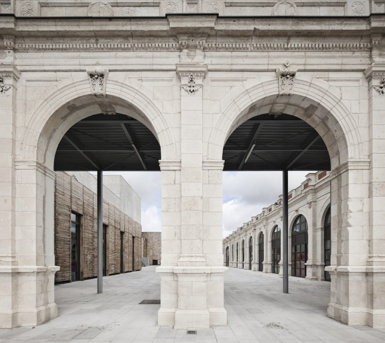 Close-up of new courtyard created on site of old train shed and platforms. (Photo: Luc Boegly)