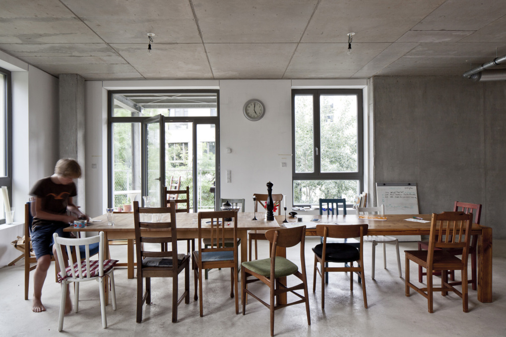 Co-operative living at Spreefeld means everyone has equal space around the table, 2014. (Photo: Ute Zscharnt)