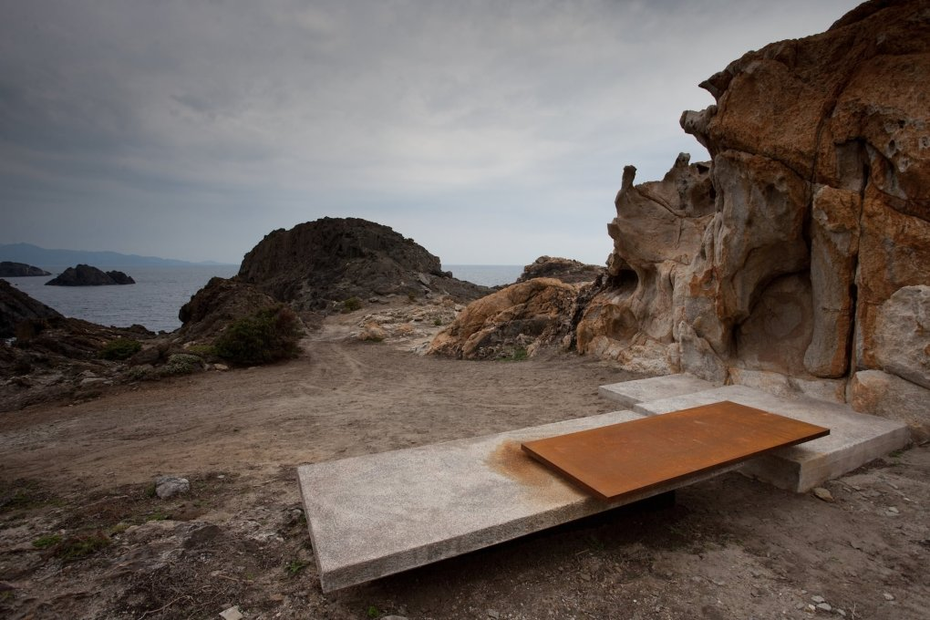 A contemplative seat of raw concrete and steel at the Illa de Portal viewpoint.  (Photo: © Esteve Bosch, courtesy EMF)