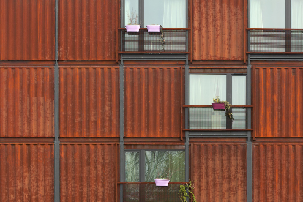The Corten steel of the individidual units – former shipping containers – gives the site a striking aesthetic. (Photo: © Jane Bitter)
