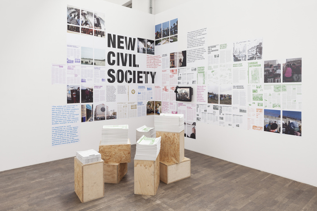 The exhibition design, although not entirely resource-efficient, reflects an activist, do-it-yourself aesthetic, with printouts pasted directly on the walls like election posters. (Photo: Schnepp Renou)
