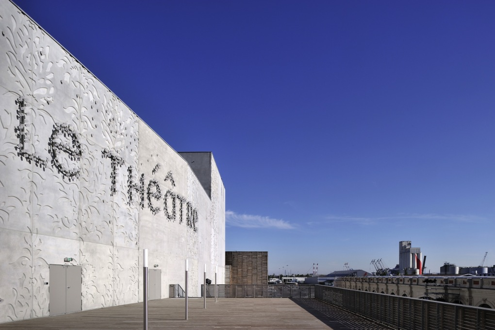 The rough-hewn form of the theater echoes that of surrounding industrial structures. (Photo: Patrick Miara)