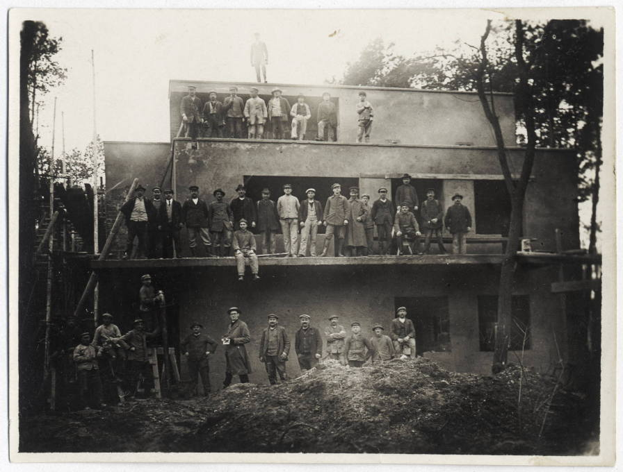 Modern Times in Dessau: the topping-out ceremony of one of the semi-detached houses, October 1925. (Photo: Bauhaus-Archiv Berlin)