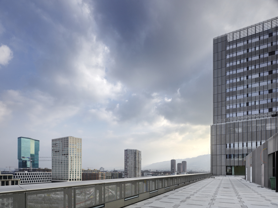 The building's roof terrace with views across the city, with on the left, Gigon & Guyer's Prime Tower. (Photo: ©Roger Frei)