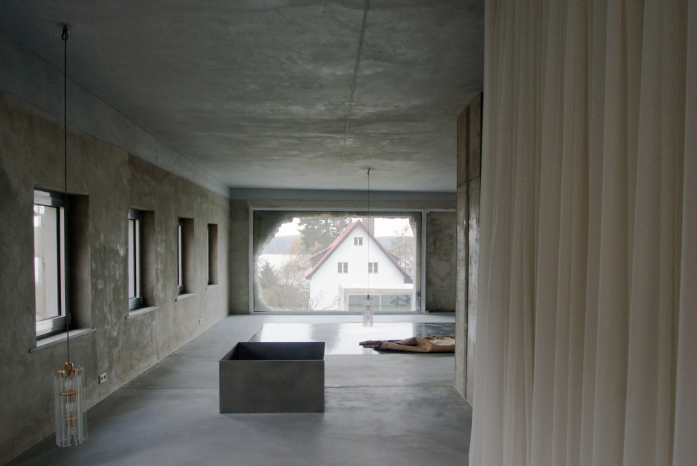 ...are reflected in the water glass silicon-sealed screed floor.(Photo: Luise Rellensmann)