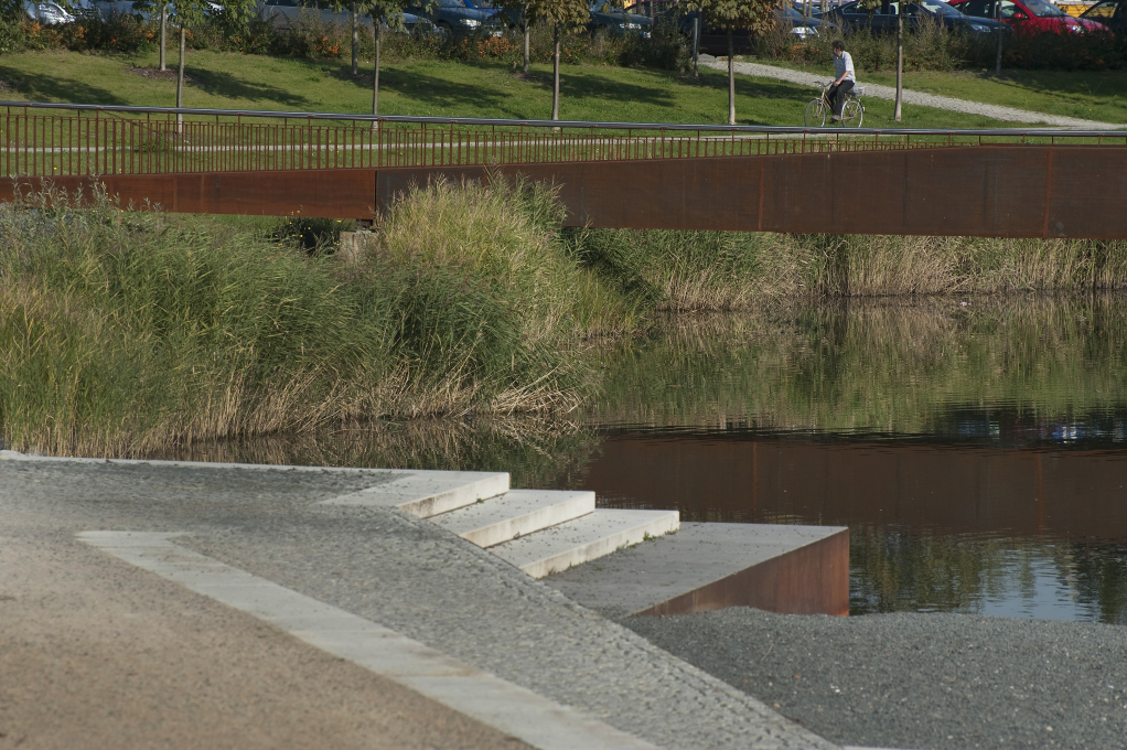 Pedestrians and cyclists can cross the lake via a bridge which was also designed by Häfner/Jimenez. (Photo: Hanns Joosten)