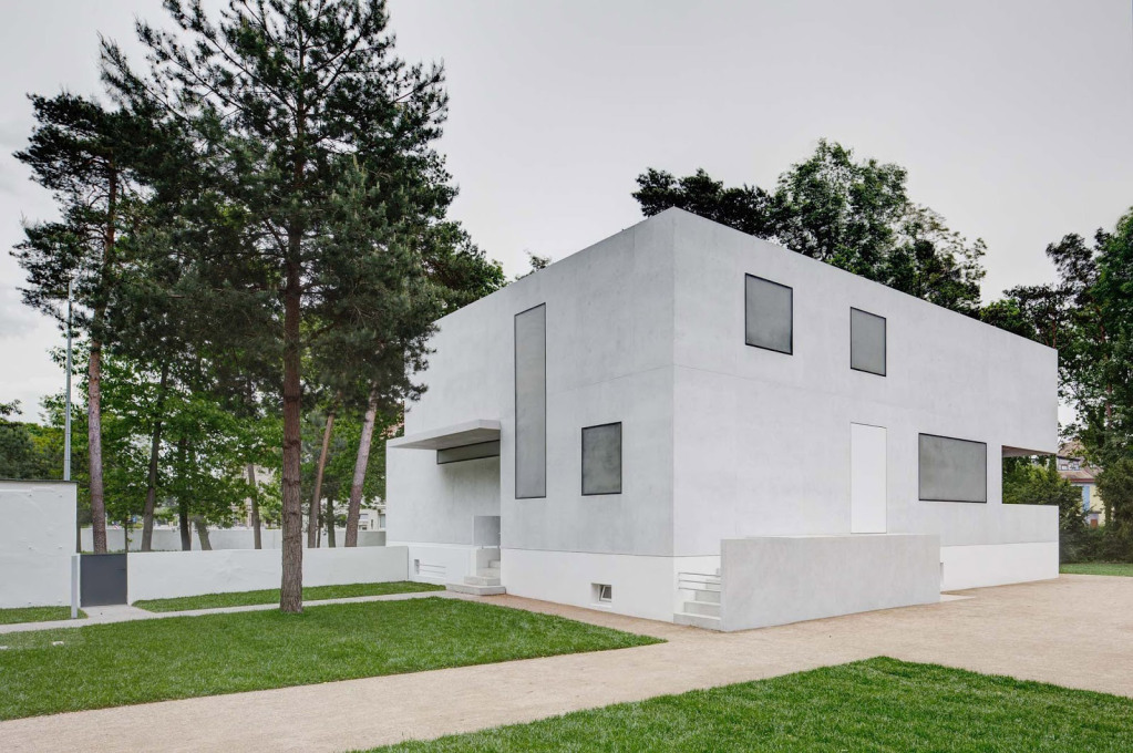 Reducing down further the minimalism of Walter Gropius' original design even further, the buildings are rather a reinterpretation than a reconstruction. (Photo: Christoph Rokitta / Stiftung Bauhaus Dessau)