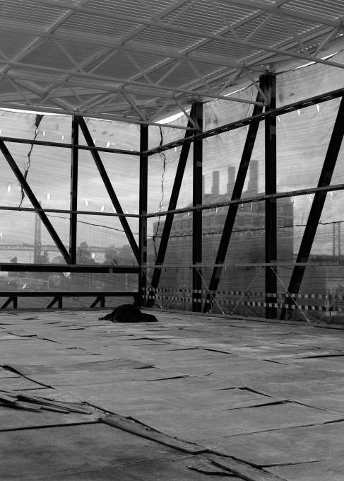 The steel frame of the exhibition hall facing the Electricity Museum and 25 de Abril Bridge (Photo: Nuno Cera).